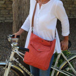 Besace de créatrice en toile recyclée terracotta pratique pour faire du vélo