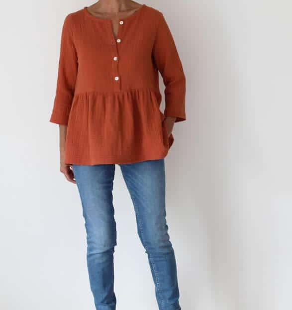 Femme portant une blouse en tissu aérien de couleur brique