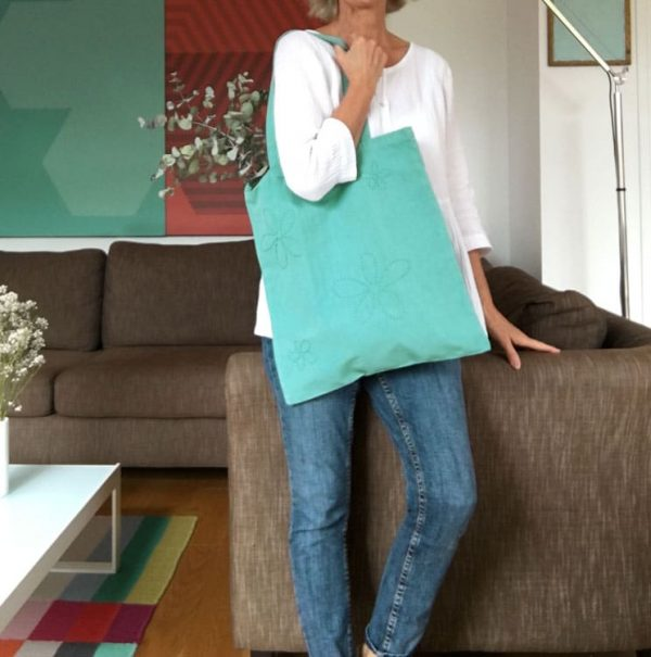 sac femme en toile bleu-vert brodé fleurs
