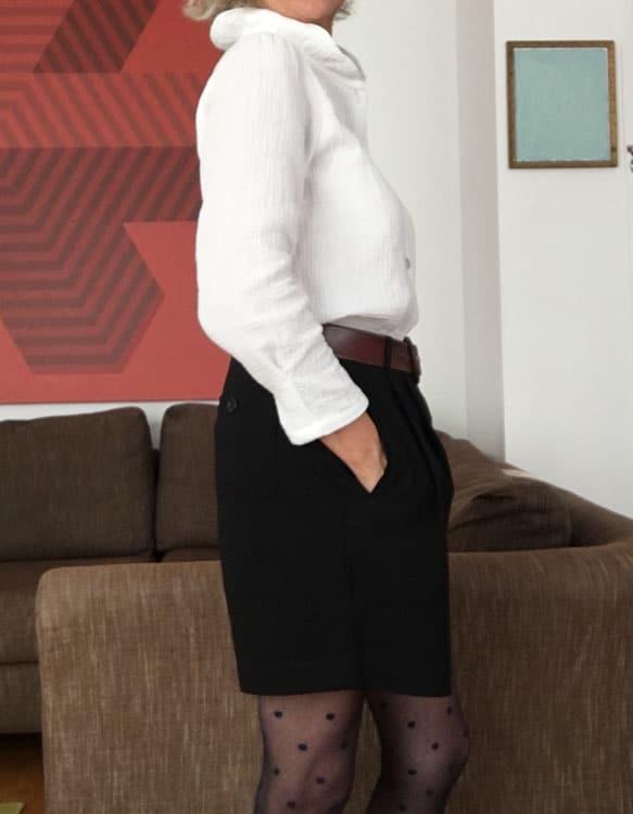 Chemise pour femme en coton gaufré blanc, confection artisanale en France. Portée avec un short noir.