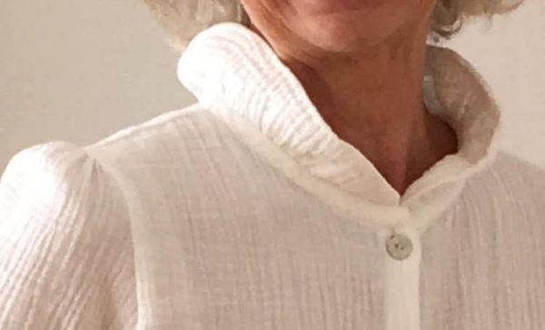 Col volanté de chemise pour femme en coton gaufré blanc, confection artisanale en France.
