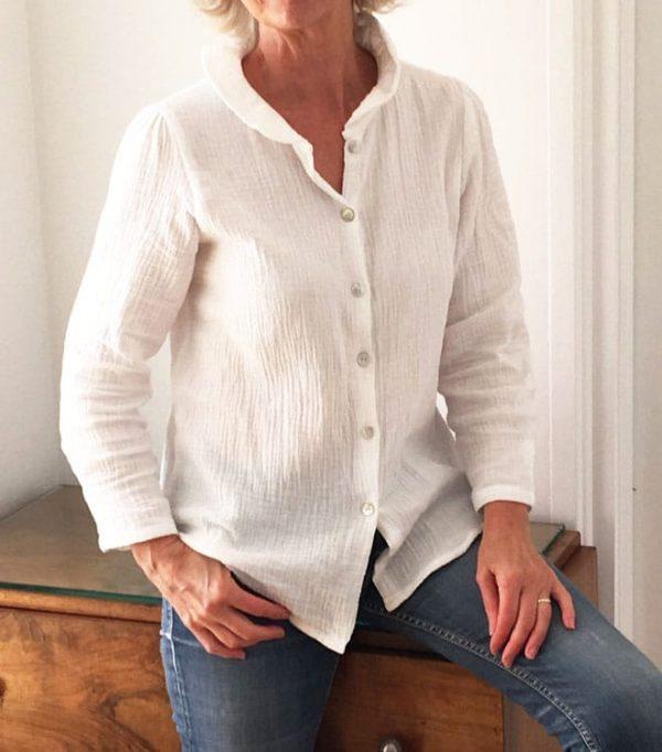 Chemise pour femme en coton gaufré blanc, confection artisanale en France.