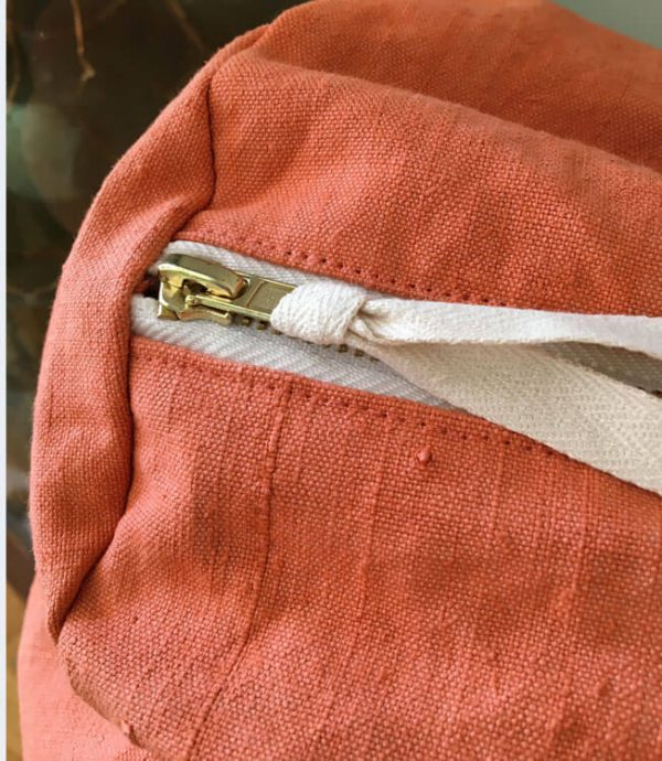 détail fermeture éclair d'un sac polochon orangé fait à la main à partir de tissu recyclé
