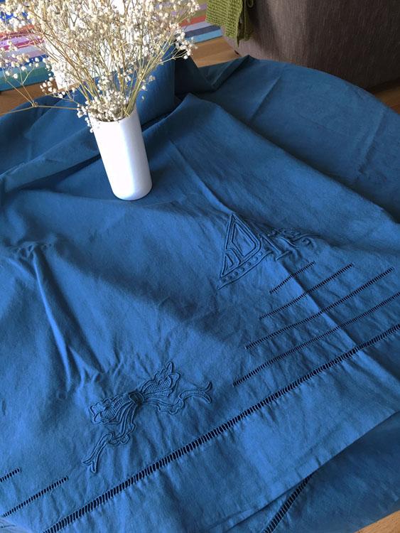 Nappe en coton/lin ancien brodé bleu indigo reine de Bohème