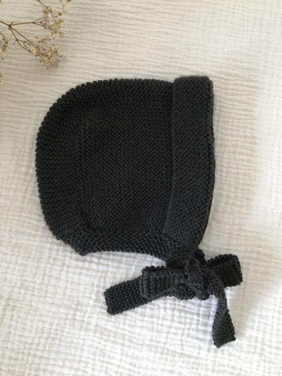 Béguin bébé anthracite à lanières tricoté main atelier Reine de Bohème